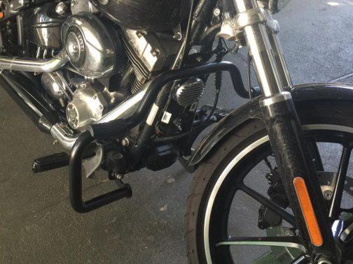 Protetor de Motor para Harley Davidson Breakout Moustache Preto com Apoio em borracha